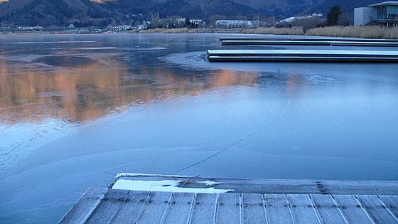 結氷する河口湖