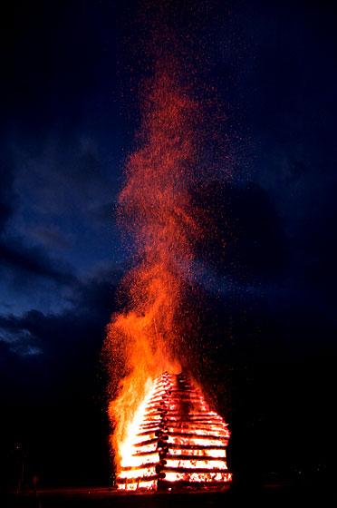 天を焦がす炎