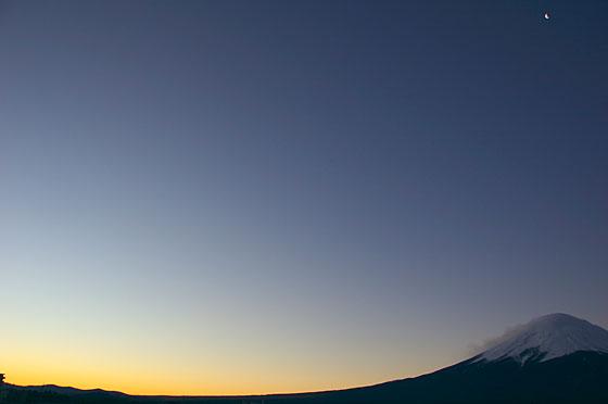 日の出を待つ富士