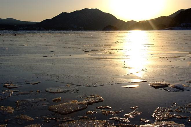 凍る河口湖畔