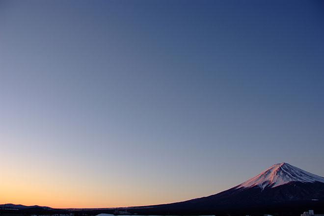 朝焼けに染まる富士山の写真