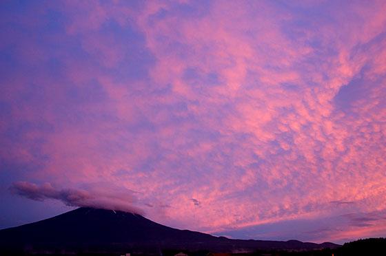 夕日に染まる富士山と雲