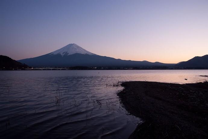 夕焼けの河口湖から見た富士山