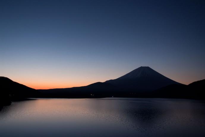 朝焼けの富士山と本栖湖