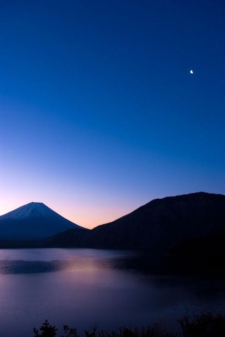 朝焼けの富士山と月と本栖湖